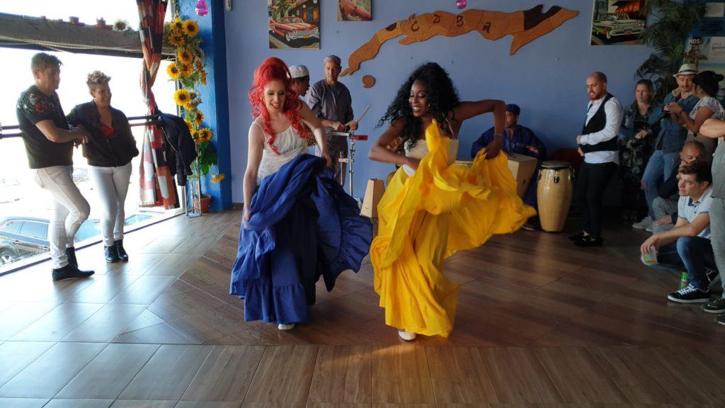 Naomi y Greechen bailando rumba